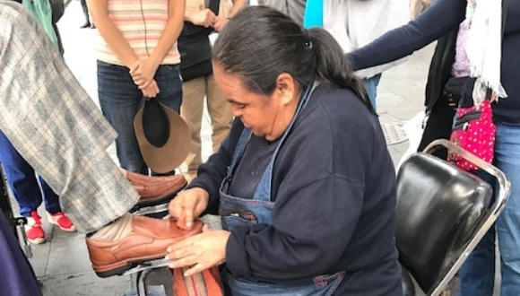 Shoe shiner in Mexico City